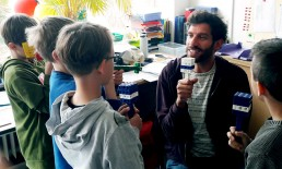Energiespar-Schule: Energieberater Florian Schmid mit Schüler*Innen