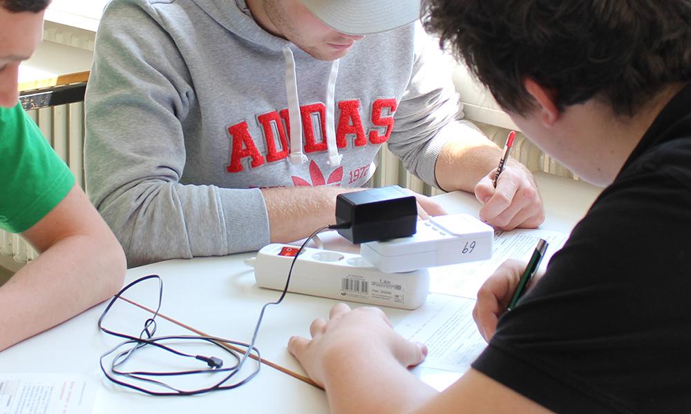 Energiespar-Schule: Schüler messen den Verbrauch von technischen Geräten