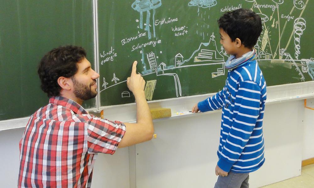 Energiespar-Schule: Tafel Kind Regenerative Energiequellen